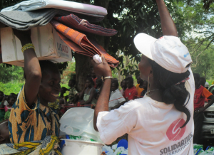 Solidarités International worker helps with distribution of NFIs during an intervention in Central African Republic