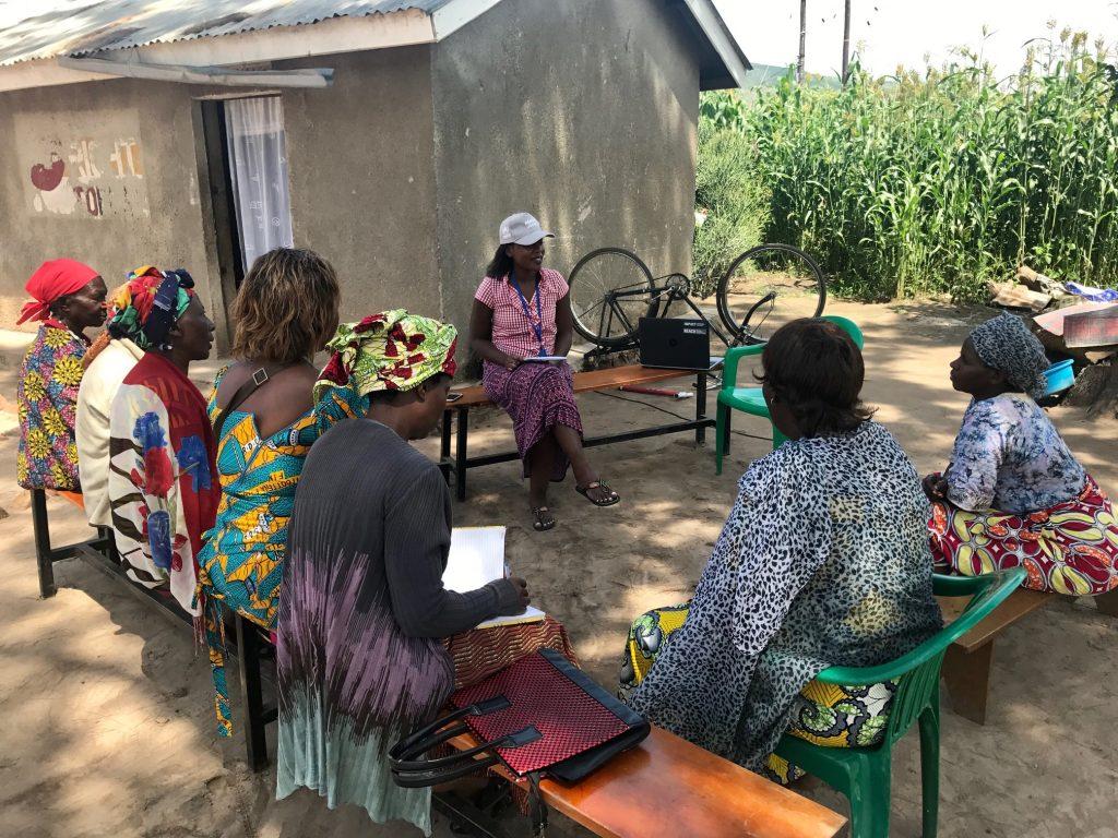 REACH field officer meets with refugees from the Democratic Republic of Congo, Burundi, and Rwanda in Oruchinga settlement, Uganda, in November 2017. ©REACH/2017