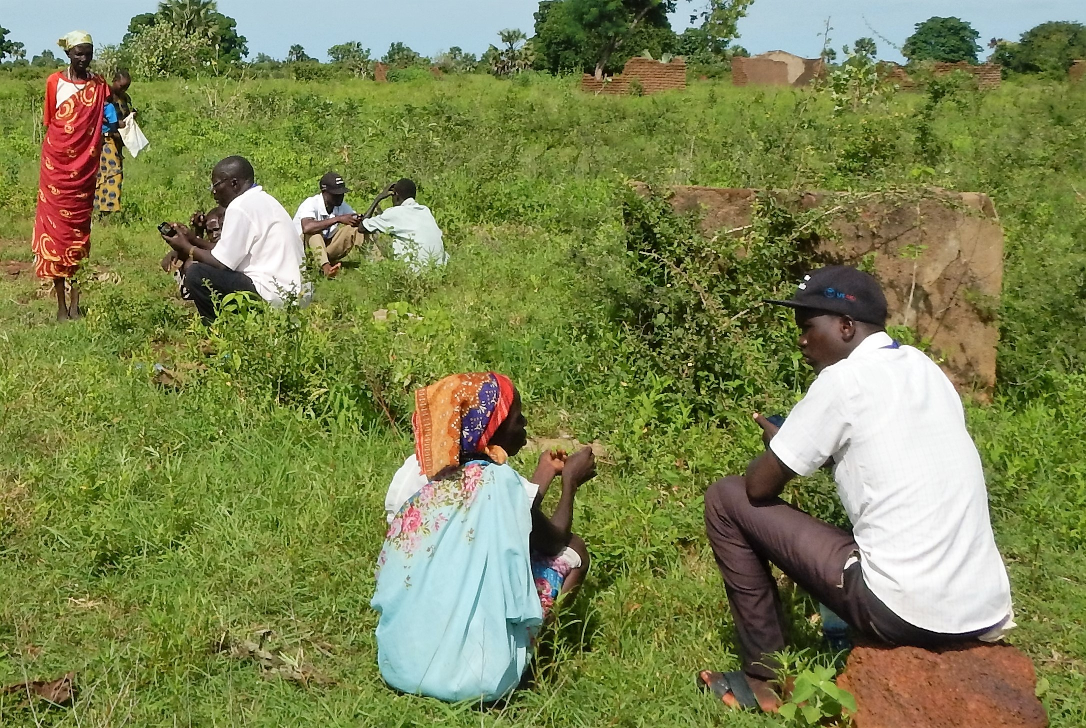 REACH enumerators interviewing IDPs in July 2017 at Masna collective site in Wau town, Western Bahr el Ghazal State, South Sudan ©REACH/2017